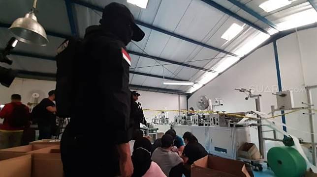 Direktorat Reserse Narkoba Polda Metro Jaya menggerebek Pabrik masker ilegal di Kawasan Pergudangan Central Cakung Blok I No.11, Jalan Raya Cakung Cilincing KM 3, Rorotan Cilincing, Jakarta Utara. (Suara.com/M. Yasir)