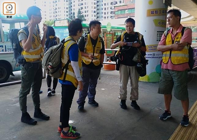 有「守護孩子」的成員到沙田火車站外視察情況。(陳賜慧攝)