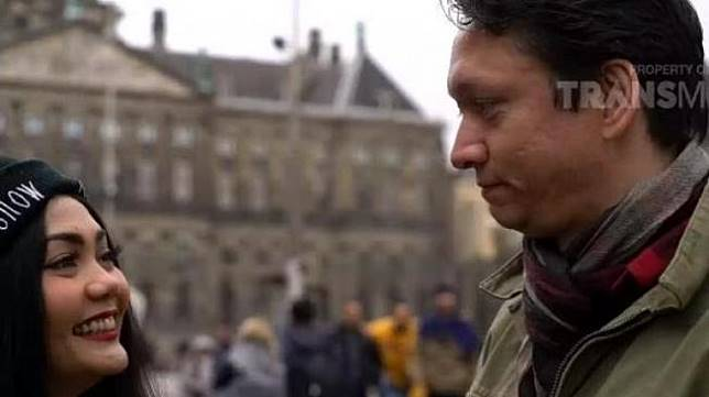 Rina Nose bersama tunangannya, Josscy Vallazza Aartsen (YouTube/Trans TV Official)