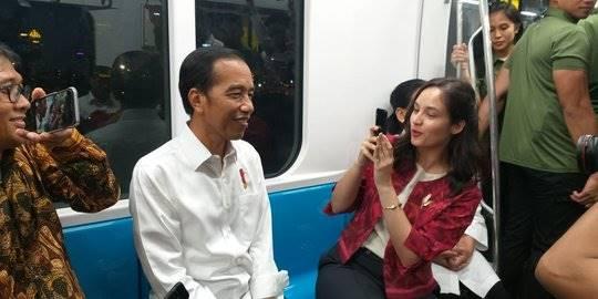 Jokowi dan Chelsea Islan naik MRT. ©Liputan6.com/Lizsa Egeham