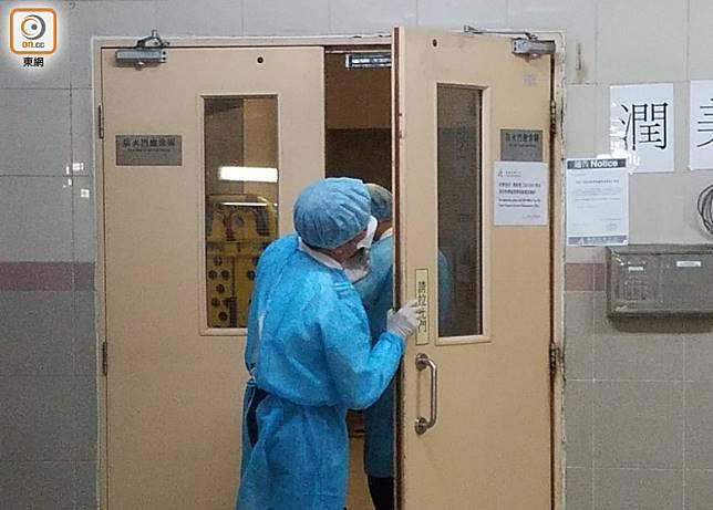身穿保護裝備的人員到油美苑潤美閣進行徹底清潔。(余宏基攝)