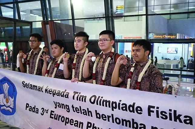 Para peserta Olimpiade Fisika Eropa Ketiga dari Indonesia disambut di Bandara Soekarno Hatta seusai kompetisi | Sumber: PSMA Directorate melalui Kompas.com