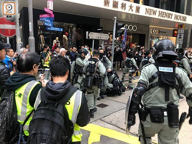 有示威者疑向警員掟水樽被制服在地。(陳亦瀅攝)