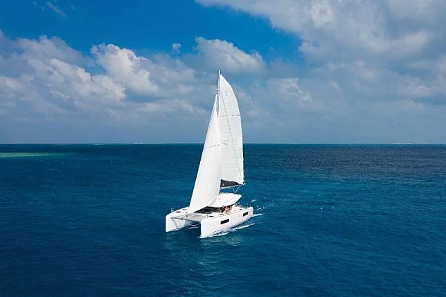 雙體船最多可搭載15人出海遊覽,亦可供最多4名賓客通宵留宿,並在船上享用特色餐飲體驗。全日體驗定價由US$6,000(約HK$46,800)起(以招待4位賓客計算)。(互聯網)