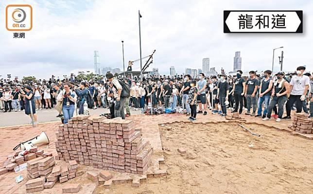 示威者在6月12日撬起一大堆地磚。