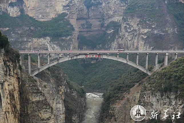 2.5 ชม. เหลือ 1 นาที! จีนเปิดสะพานยักษ์ข้ามหุบเขาเชื่อม 3 มณฑล
