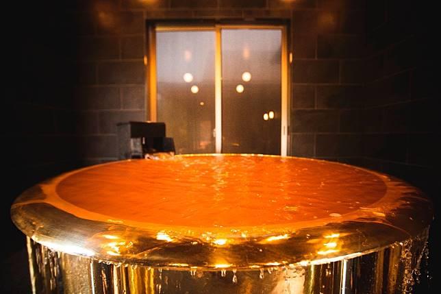 注入浴池內的溫泉水因為納含量豐富而成了橙色,跟黃金風呂勁襯。(互聯網)