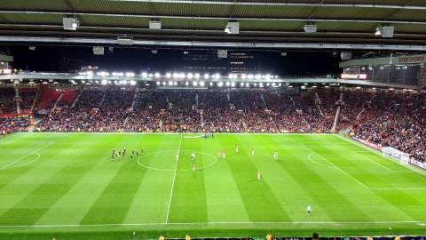 Fans MU Lakukan Protes: Injak Rumput Old Trafford dan Nyalakan Flare