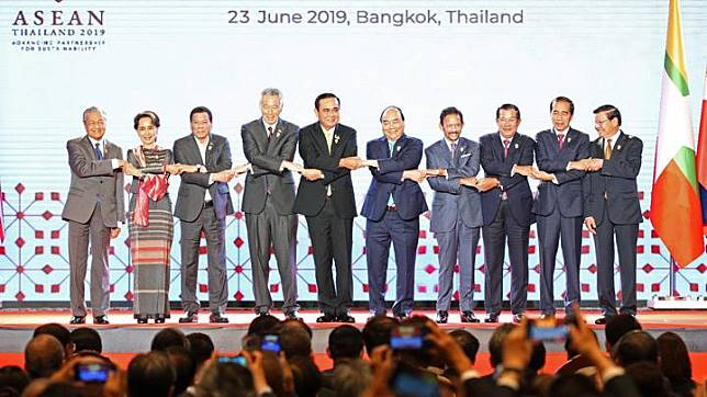 ASEAN leaders shake hands on stage during the opening ceremony of the 34th ASEAN Summit at the Athenee Hotel in Bangkok, Thailand June 23, 2019. Seen here are Thai Prime Minister Prayuth Chan-ocha, chairman of 34th ASEAN Summit, Singapore's Prime Minister Lee Hsien Loong, Philippines President Rodrigo Duterte, Brunei's Sultan Hassanal Bolkiah, Cambodia's Prime Minister Hun Sen, Indonesian President Joko Widodo, Laos Prime Minister Thongloun Sisoulith, Malaysia's Prime Minister Mahathir Mohamad, Myanmar's State Counsellor Aung San Suu Kyi, and Vietnam's Prime Minister Nguyen Xuan Phuc. REUTERS/Athit Perawongmetha