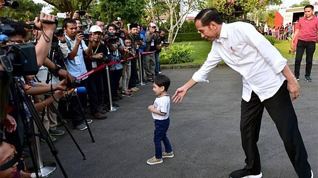 Presiden Jokowi menyapa para wartawan bersama cucunya, Jan Ethes pada hari kedua Lebaran di Gedung Induk Istana Kepresidenan Yogyakarta, Kamis, 6 Juni 2019. Foto: Biro Pers Sekretariat Presiden