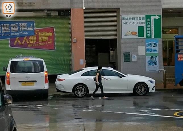 觀塘潔淨組一名女管工,在上午9時40分,坐外判商私家車返抵辦公室樓下。