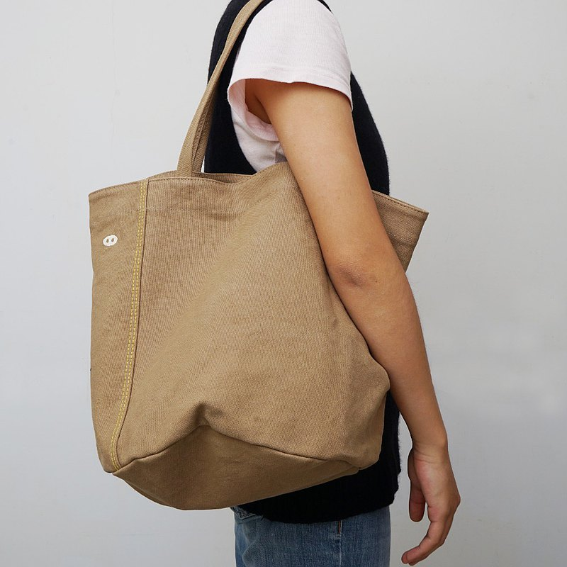 質感⽣活袋、購物袋 ⼩巧桶狀造型可以裝很多東⻄ 柔軟卻堅固的帆布包,去郊遊、爬⼭、菜市場、超市都好裝好⽤。 跳⾊⾞縫線讓你看起來更有型,⽣活跟著你⼀起⾛