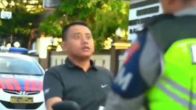 Tak Pakai Helm, Pelanggar Ini Tantang Polisi Main Truth or Dare