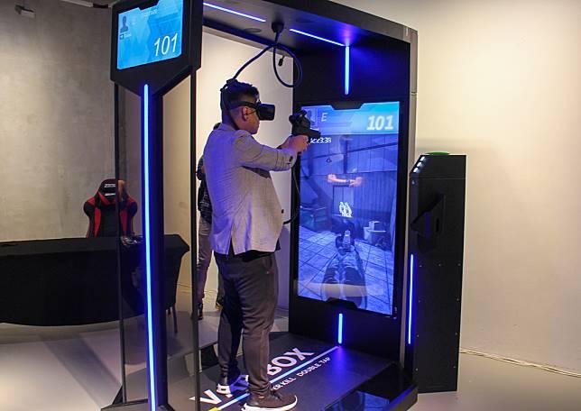 加蔥玩VR射擊遊戲,有姿勢有實際。