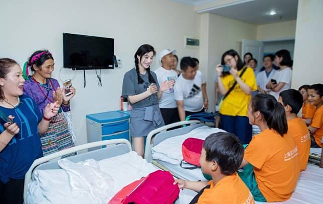 范冰冰在上海探望來自西藏到上海接受心藏手術的小孩。