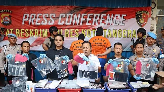 Kepolisian Resort Kota Tangerang menangkap sindikat penjual smartphone rekondisi.