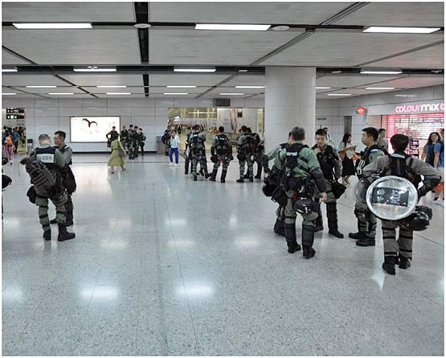 防暴警察在香港站內外戒備。