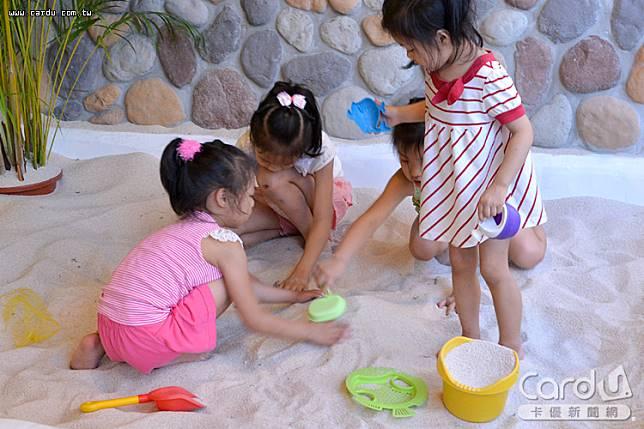 各大飯店設置各式不同兒童設施,吸引親子客戶入住,父母們應注意孩童遊戲時的安全(圖/卡優新聞網)