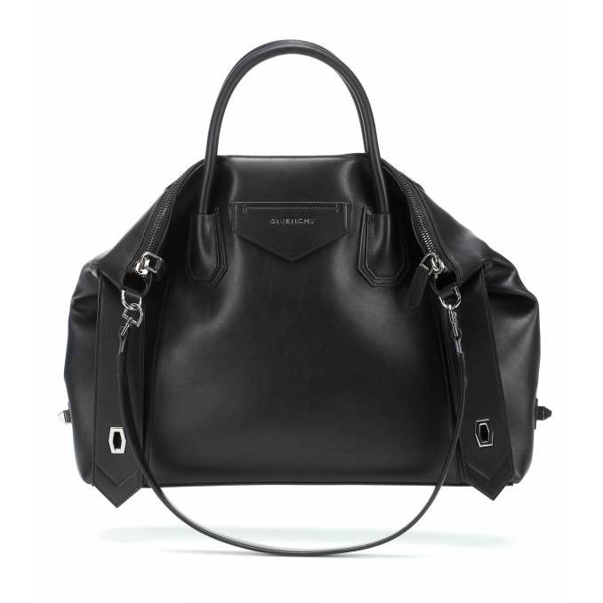 全新真品 Givenchy 中款 Antigona Soft 柔軟小牛皮包 黑色 中號黑色牛皮革等材質的Antigona柔軟背提包,飾有三角形GIVENCHY貼片,深銀色金屬細節,側面飾帶配有扭鎖。可