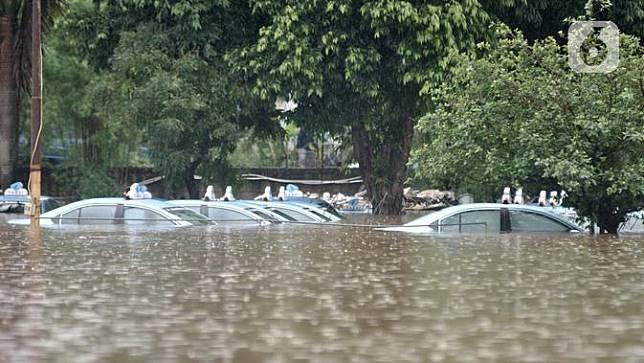 Penampakan Banjir di Pool Taksi Blue Bird Kramat Jati