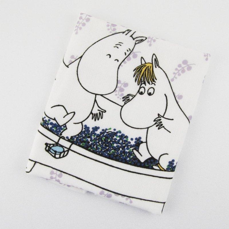 **Moomin是芬蘭女作家朵貝·楊笙(Tove Jansson)筆下的童話小說系列。** Moomin家族有著圓潤的身型,像極了河馬,但他們可是一群千奇百怪的精靈,住在芬蘭森林裏的姆明谷,每天都發生