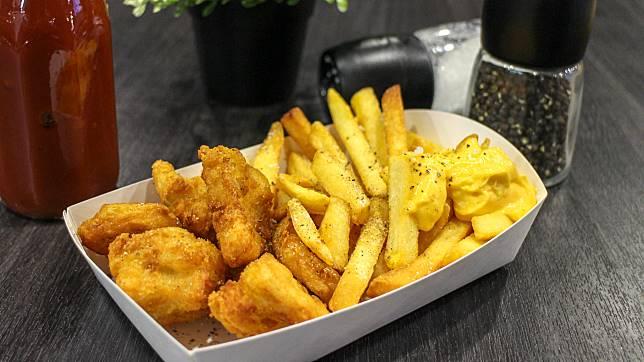 套餐包括一份炸雞薯條,味道不錯!