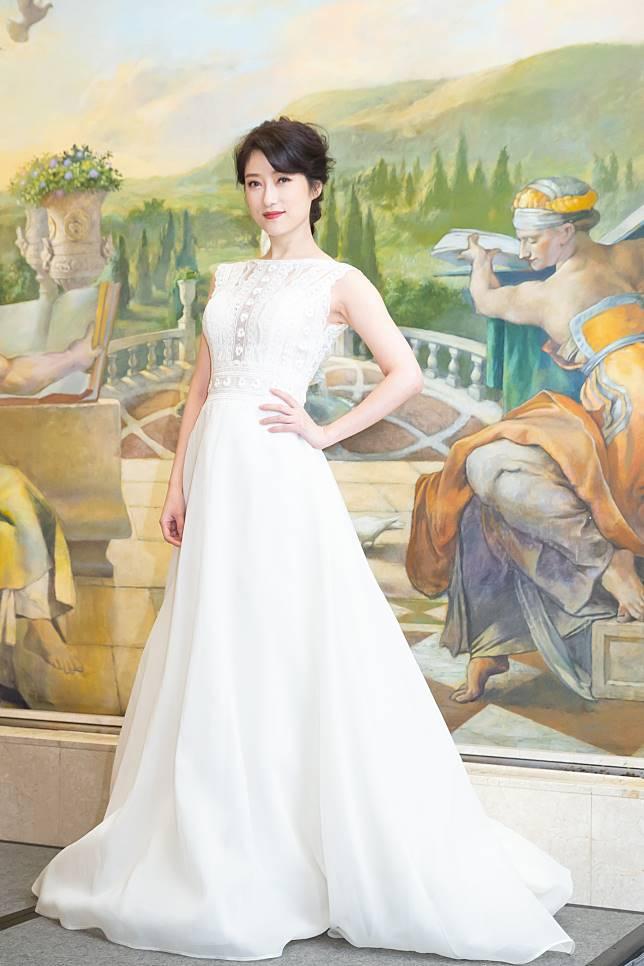 李婭莎穿著裸背白紗,打趣稱這樣以後結婚穿白紗就沒驚喜。記者季相儒/攝影