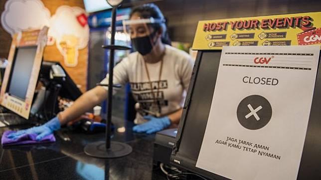 Pekerja membersihkan meja dengan penerapan protokol kesehatan saat simulasi pembukaan dan peninjauan tempat hiburan bioskop CGV Cinemas di Bandung Electronic Center (BEC), Bandung, Jawa Barat, Kamis (9/7). [ANTARA FOTO/M Agung Rajasa]