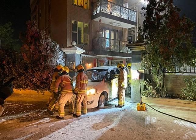 私家車撞閘後遭縱火焚毀。