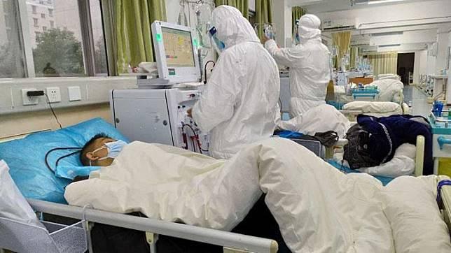 Gambar yang diunggah ke media sosial pada 25 Januari 2020 oleh Rumah Sakit Pusat Wuhan menunjukkan staf medis merawat pasien, di Wuhan, Cina. Jumlah kematian akibat wabah virus corona melonjak menjadi 41 orang ketika Tahun Baru Imlek pada 25 Januari, dengan Hong Kong mengumumkan status darurat virus, membatalkan perayaan, dan membatasi hubungan ke Cina daratan.[RUMAH SAKIT TENGAH WUHAN VIA WEIBO / via REUTERS]