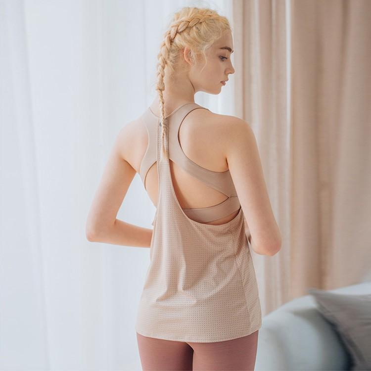 【簡介】 2in1= 運動內衣+罩衫 美背沁涼設計,自在運動生活 雷射孔洞強化透氣,流汗後依舊清爽不黏膩【材質】表布 91%Polyester + 9%Spandex內裏 82%Polyester +