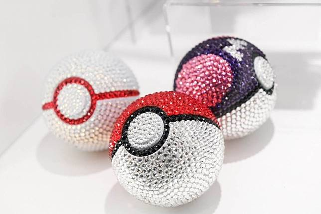 閃閃生輝的精靈球,都係由Swarovski水晶鑲嵌而成。(互聯網)