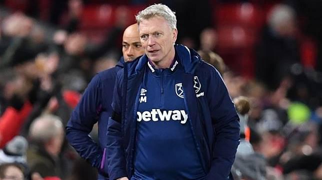 Gestur manajer West Ham United, David Moyes pada laga Liga Inggris 2019/2020 kontra Liverpool di Anfield, Selasa (25/2/2020) dini hari WIB. [Paul ELLIS / AFP]