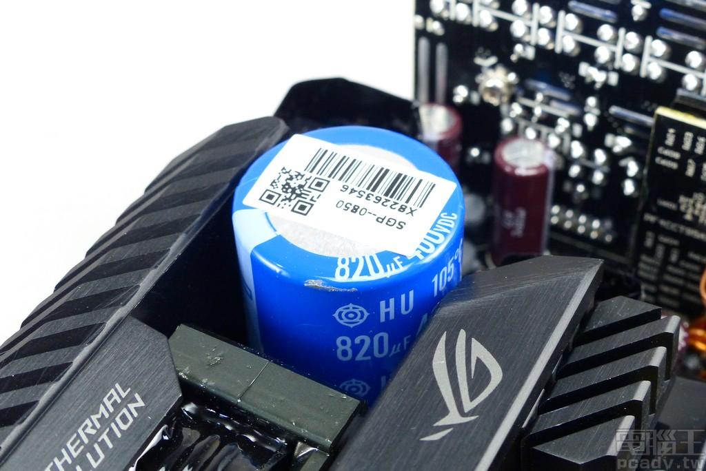 大電容選用 820μf 容量規格,相對應的 FOCUS PLUS Platinum 850W 僅有 650μf,可以期待 ROG Thor 850P 提供更長的保持時間