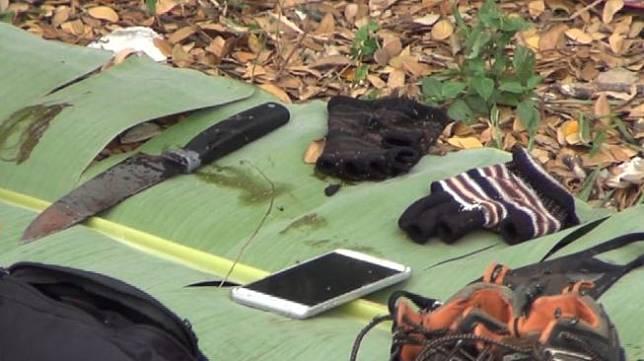 Sebilah pisau yang ditemukan di lokasi tewasnya editor Metro TV, Yodi Prabowo di pinggir tol JORR Pesanggarahan, Jakarta Selatan, Jumat (10/7/2020). (istimewa).