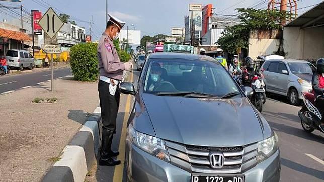 Jajaran Lantas Polres Cirebon Kota menggelar pra penyekatan di pertigaan Kedawung Pantura Cirebon kepada pengendara yang mudik di awal. Foto (UNIKOLOGI.COM / Panji Prayitno)