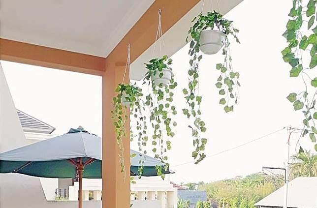 Bersantai Di Balkon Rumah Bertingkat Nan Segar Milk Desiana Candra