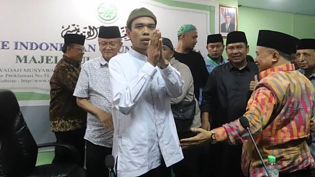 Ustaz Abdul Somad usai memberikan keterangan pers di Kantor MUI, Jakarta, Rabu (21/8). [Suara.com/Arya Manggala]