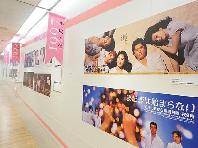 展覽集齊平成年代122套月9劇(原來有咁多!)的海報。(互聯網)