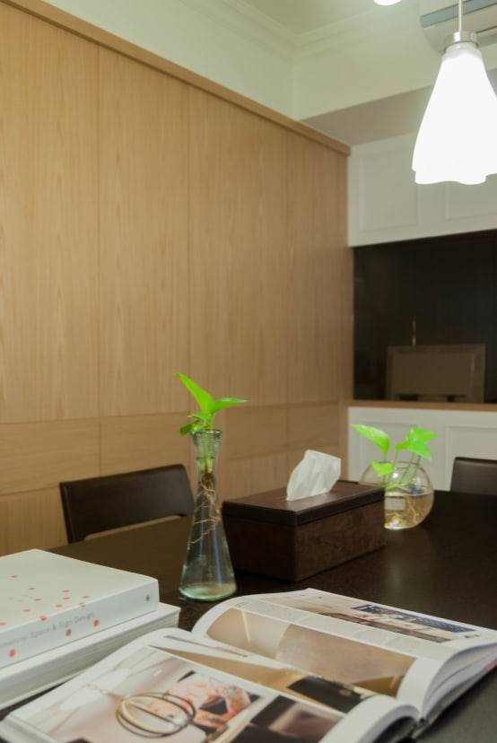 細看牆面的木作櫃體