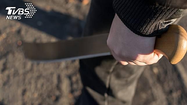 11歲男童持刀打跑入侵的3名歹徒。示意圖/TVBS