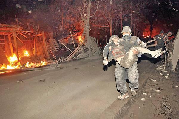 Relawan mengevakuasi warga yang mengalami luka bakar akibat awan panas dari letusan Gunung Merapi