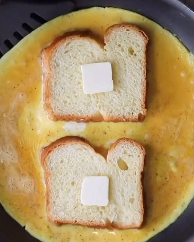 在麵包放牛油,翻轉煎時便會呈金黃色澤。(互聯網)