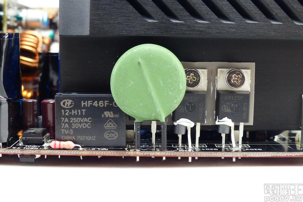 APFC 功率電晶體和蕭特基二極體選用 IPB60R125CP 和 C3D08060A,功率電晶體閘級均安裝磁環降低電磁波輻射干擾,綠色圓餅形狀零件為負溫度係數電阻,其左方黑色方塊物體為繼電器,開、關機時會發出作動「答」聲響