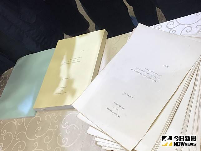 為化解國人對總統蔡英文論文的質疑,總統府23日隨同律師群召開記者會,並公布蔡英文論文的原始文件。(圖/記者林人芳攝,2019,09,23)