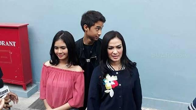 Penyanyi dangdut Iis Dahlia bersama kedua anaknya di kawasan Mampang, Jakarta Selatan, Kamis (24/8/2017) [suara.com/Wahyu Tri Laksono]