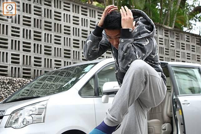 跳車時最重要保護頭部、後腦及臉部,落地後要透過翻滾卸力。(蔡浩文攝)