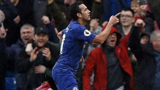 Winger Chelsea, Pedro Rodriguez merayakan golnya ke gawang Everton pada laga Liga Inggris 2019/2020 di Stamford Bridge, London, Minggu (8/3/2020) malam WIB. [Adrian DENNIS / AFP]