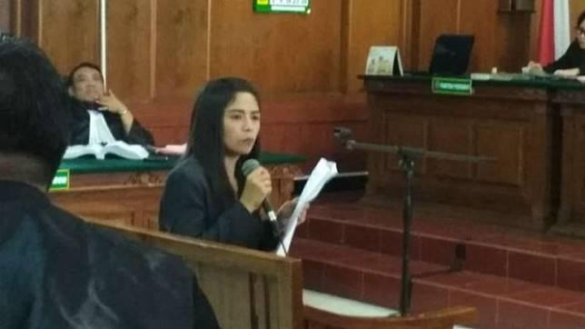 Endang Sholihatin, ahli bahasa pada UPN Veteran Surabaya, memberikan pendapatnya dalam sidang pencemaran nama baik dengan terdakwa Ahmad Dhani Prasetyo di Pengadilan Negeri Surabaya, Kamis, 21 Maret 2019.