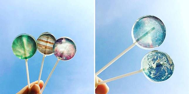 <p><b>各種星球為主題的棒棒糖放在晴朗的天空下,誰不想按下快門鍵呢?</b></p>